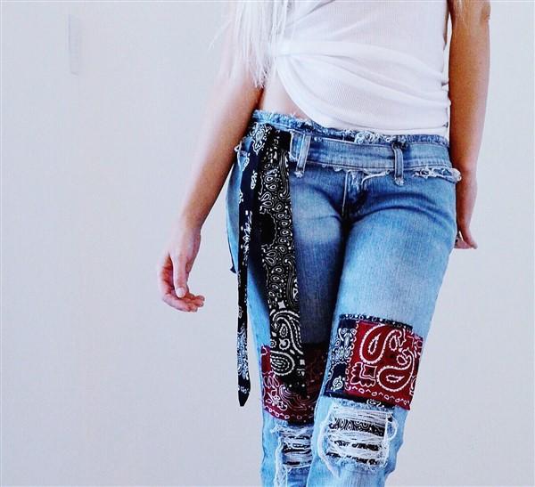 Bandana patched jeans. SIZE 3/4.