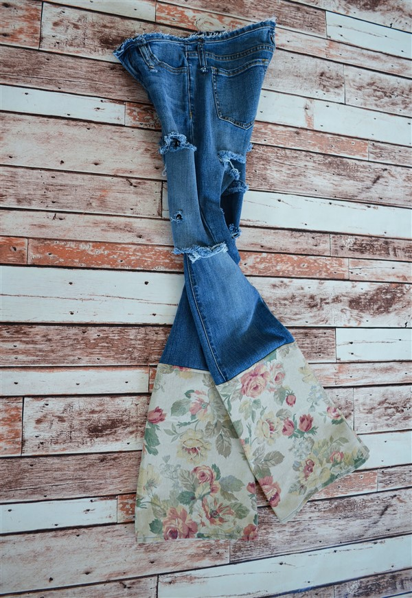 Double destroyed jeans with rose print flares. SIZE 2.